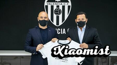 On the left, Alexandre Dreyfus, CEO of Chiliz and Socios.com. On the right, Anil Murthy, president of Valencia. Both displaying the 'che' club shirt with the new sponsorship for the 2021/2022 season.